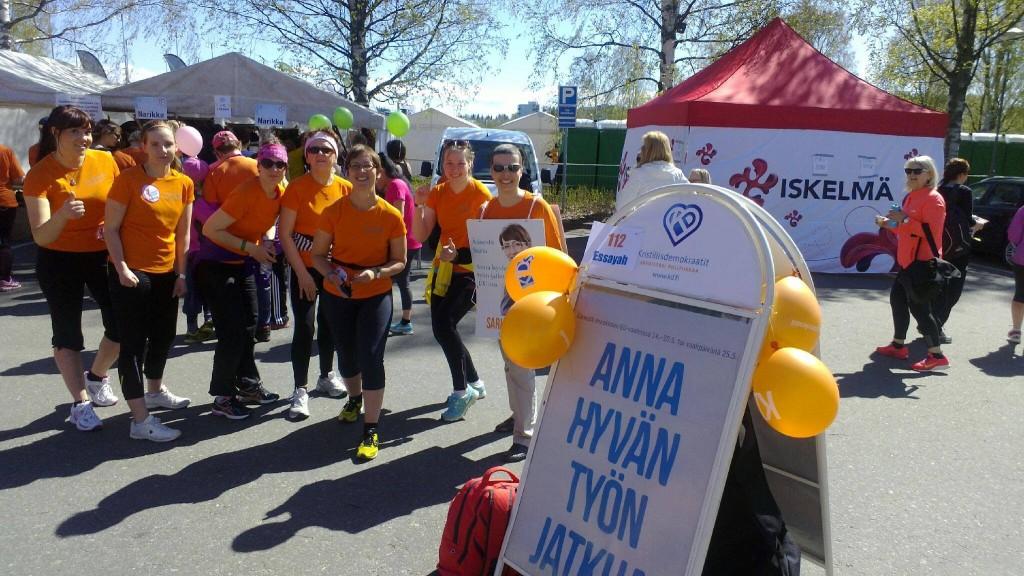 Sarin tiimiä iloisissa ja aurinkoisissa tunnelmissa Jyväskylän Likkojen lenkillä 17.5.