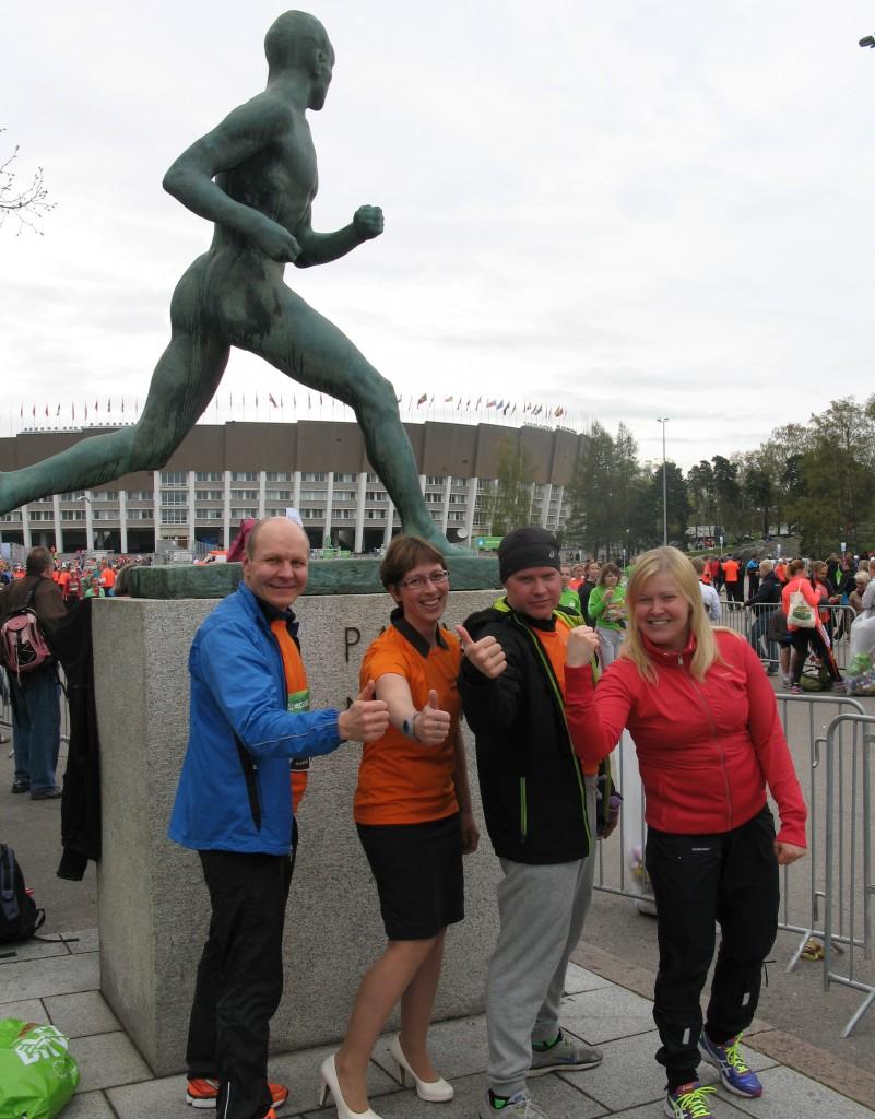 Iloisia tunnelmia Sarin Teamissä Helsinki City Runin 10.5.2014 jälkeen Paavo Nurmen patsaalla. Osa porukasta vielä reissussa tai suihkussa.
